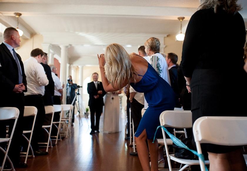 Non c'è niente di più brutto che trasformarsi in ospiti invadenti e rovinare la cerimonia agli sposi con scatti selvaggi - beabride.net