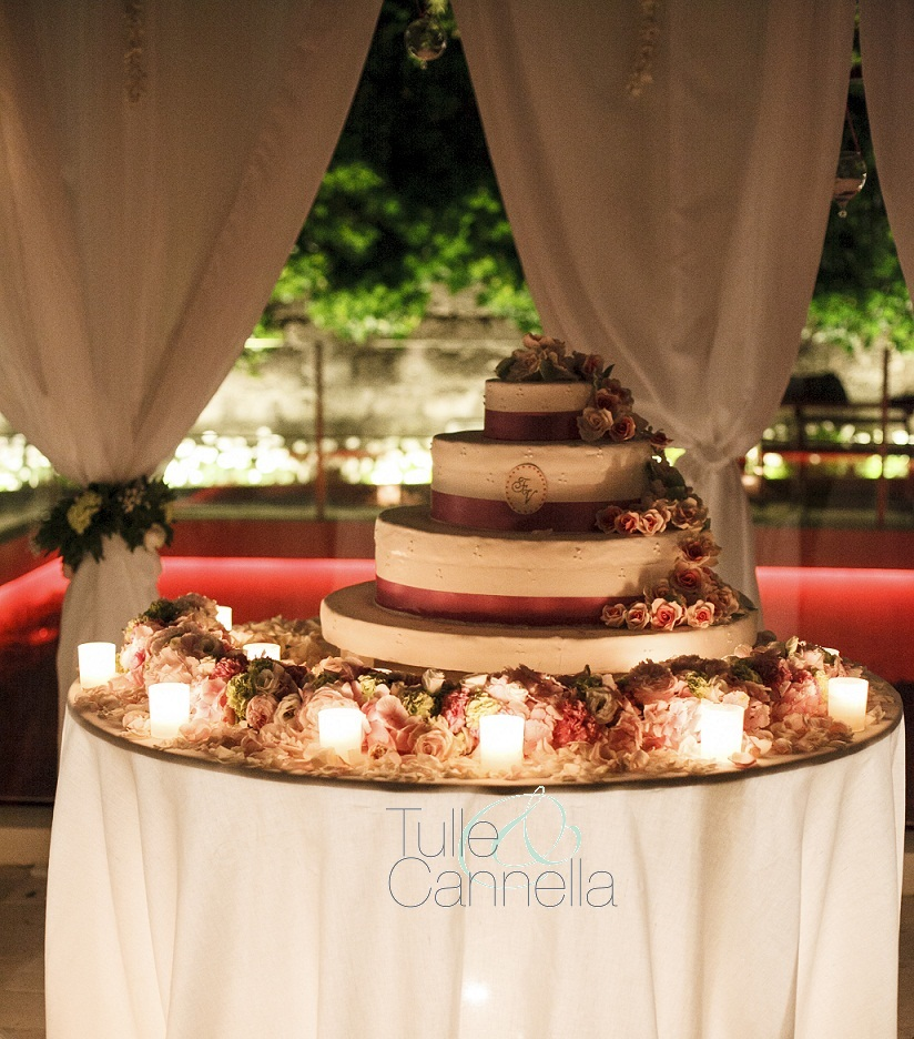 tullecannella.it - Al posto del cake topper sull'ultimo piano della torta, per Enza ho disegnato un medaglione con il loro monogramma, identico al font usato per l'intera suite grafica delle nozze.