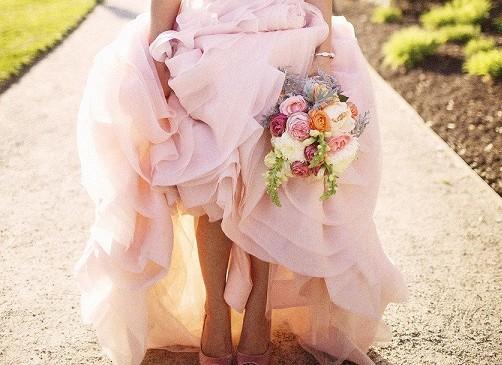 Sposarsi in rosa: e se a questa palette romantica aggiungessimo un colore deciso?