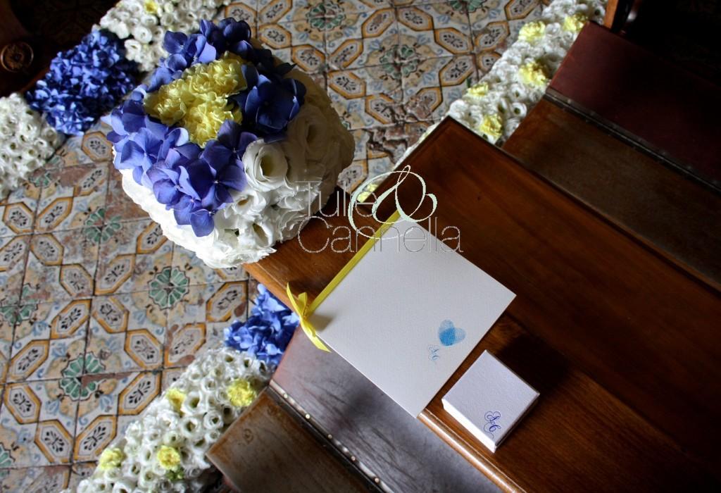 Libretto messa, scatolina portariso e composizioni floreali seguono la linea geometrica del cubo