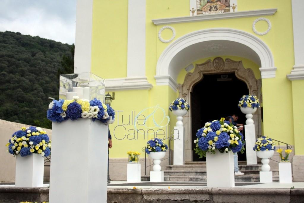 La facciata della Chiesa fa risaltare ancora di più la bellezza degli allestimenti floreali dei nostri florist