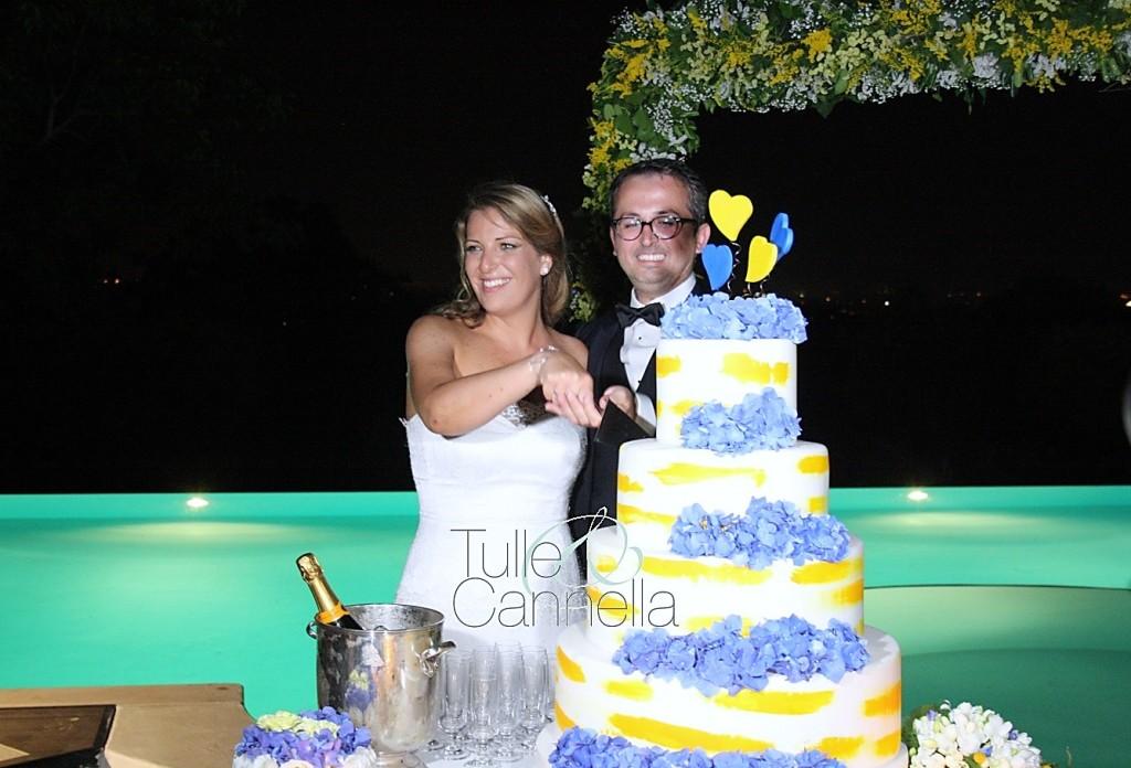 La Wedding Cake dipinta con pennellate gialle e decorata con splendide ortensie azzurre