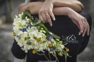 Particolare Bouquet a goccia con radici di orchidea, ortensie e craspedia