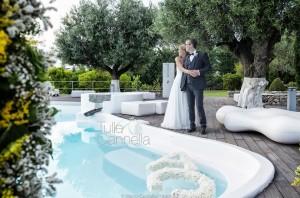 Gli sposi a bordo piscina in un romantico abbraccio