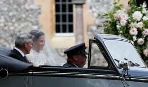 Pippa e il padre Michael arrivano in chiesa a bordo della Jaguar d'epoca