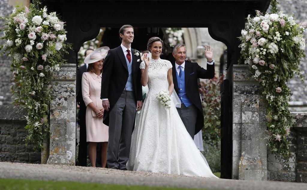 Pippa Middleton e James Matthews sorridenti all'uscita dalla chiesa