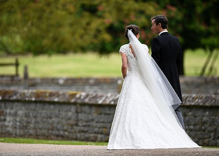 Una bellissima foto di Pippa e James ormai sposi