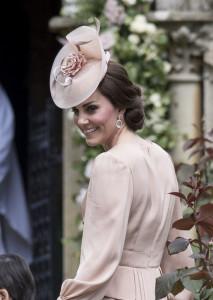 Kate ha scelto un cappellino satellite nella stessa nuance