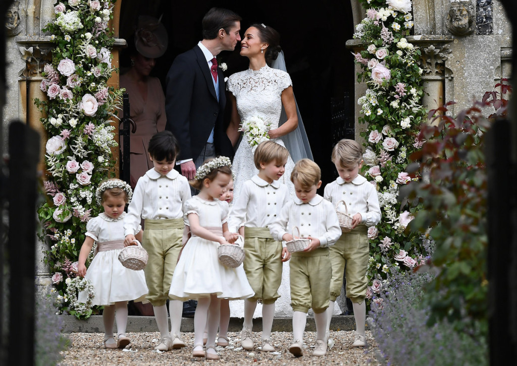 Foto perfetta come da tradizione per gli sposi James e Pippa