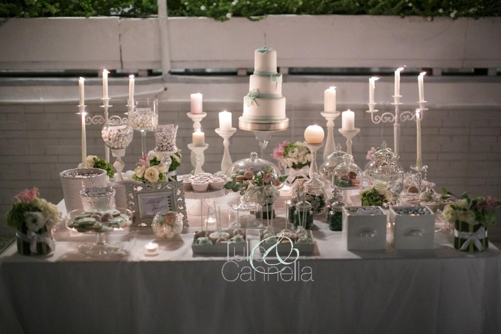 Il dessert table è stato declinato tutto in rosa chiaro e verde greenery, con decorazioni in pasta di zucchero a forma di folgie di Ginkgo
