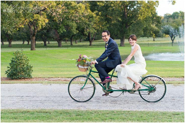 Romantici e a proprio agio gli sposi in tandem - rebeccaellisonphotography