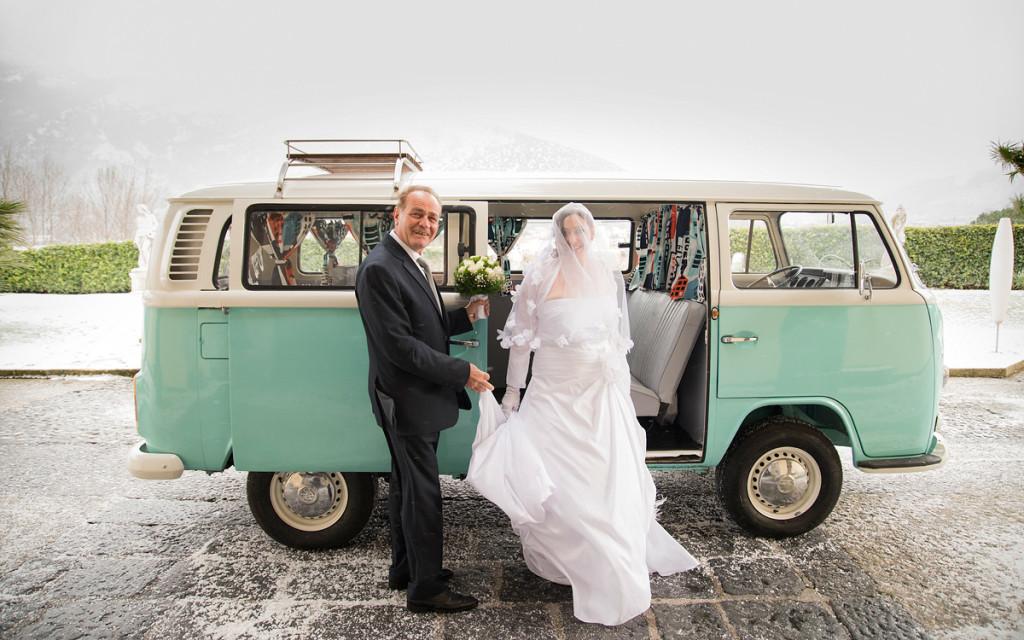 Un romantico Pulmino Volksvagen accompagna la sposa all'altare - eliavaccarofotografo.com