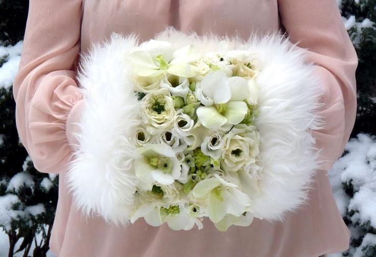 Fiori e pelliccia per questo splendido bouquet manicotto - allwomens.ru