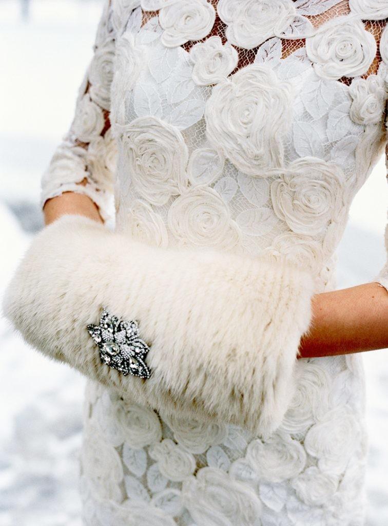Manicotto in pelliccia bianca con spilla gioiello - perfectweddingguide.com
