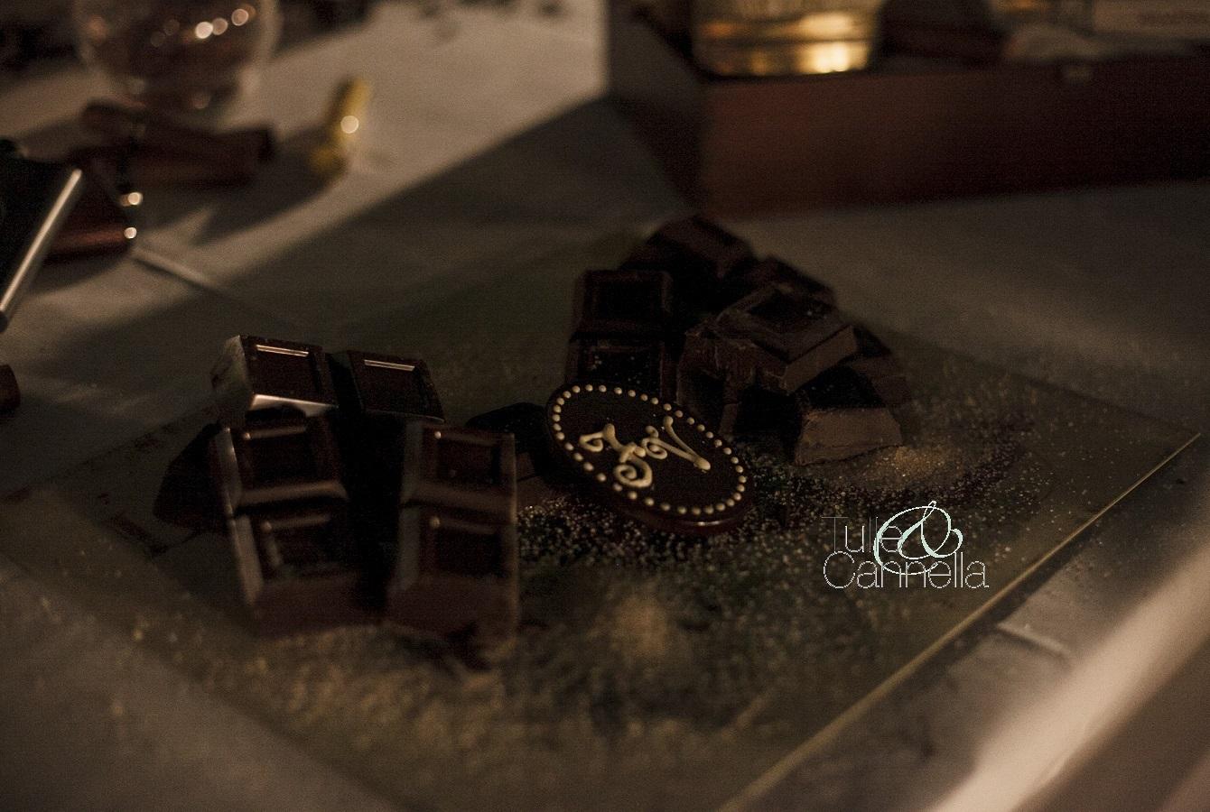 Degustazione di cioccolato firmato Tulle & Cannella, con medaglione personalizzato con il monogramma degli sposi