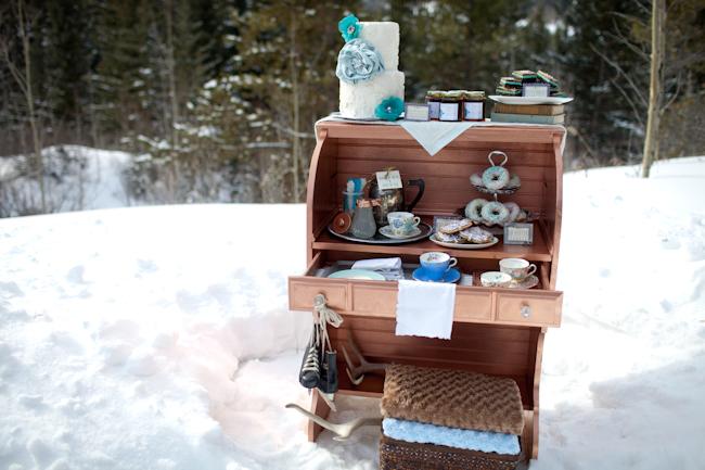 Un mobile rustico accoglie una piccola degustazione di Tea - elizabethannedesigns.com