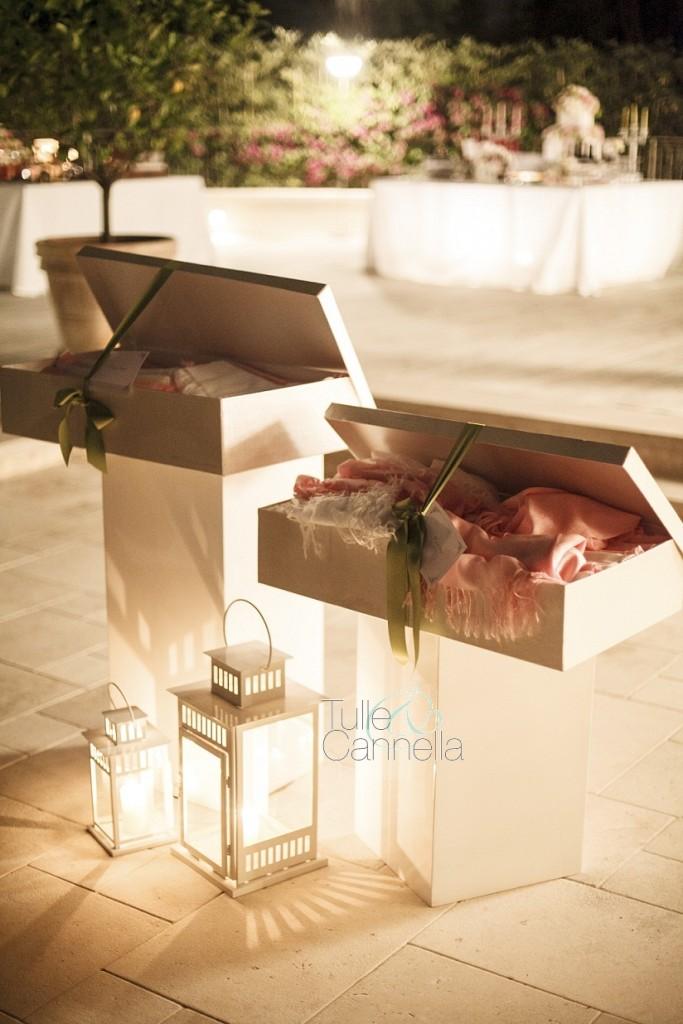 Al matrimonio di Enza abbiamo regalato alle invitate morbide pashmine rosa e bianche per l'after dinner all'aperto