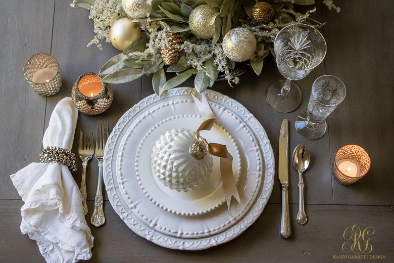 Una tavola in bianco e oro è sempre perfetta per l'ultimo dell'anno