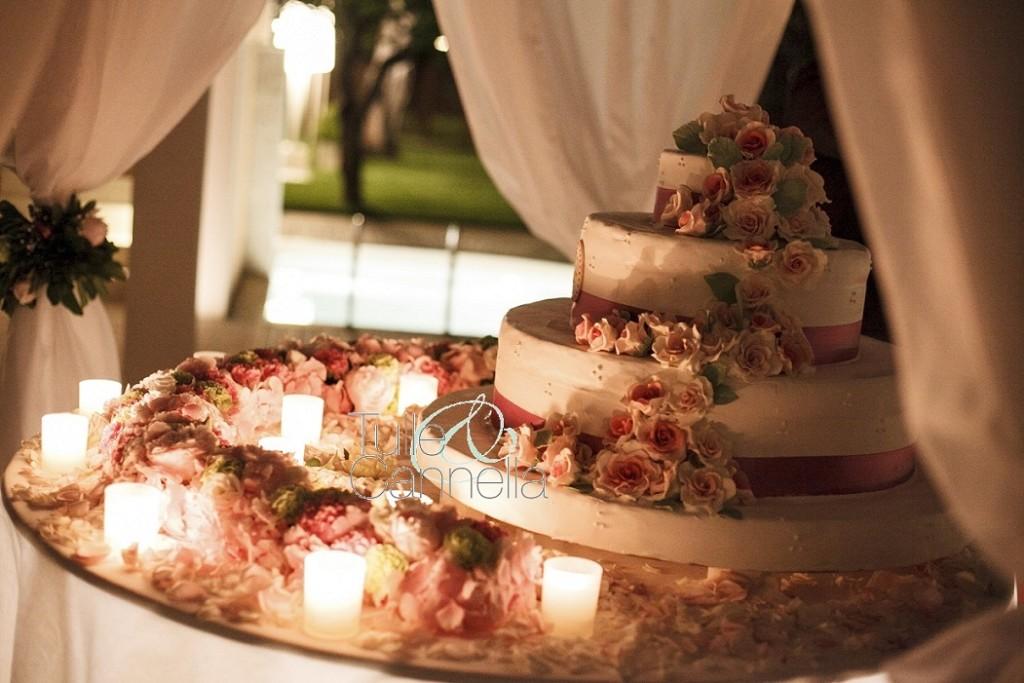 Taglio della torta nuziale romantico e suggestivo per Enza e Fabrizio. La torta che piace di più alle mie spose!