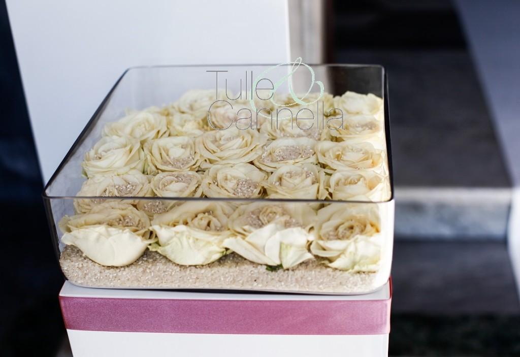 Le rose avalance portariso, sono state poggiate su un letto di riso