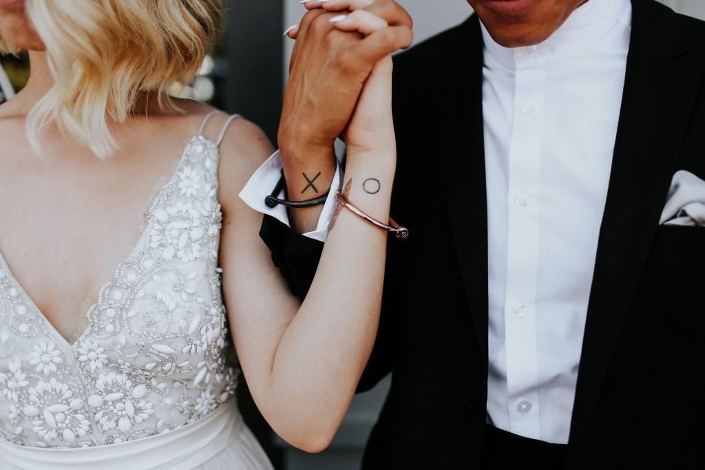 I piccoli tatuaggi di coppia si fanno quasi sempre sul polso o sull'anulare - brides.com