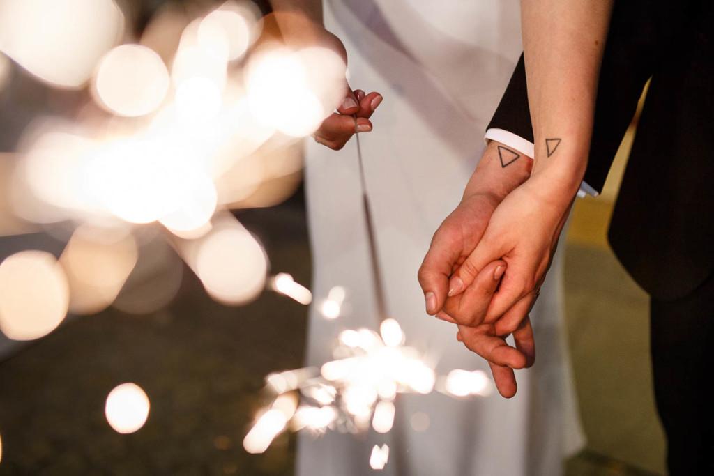 Bellissima questa foto, i piccoli tatuaggi testimoniano la complicità e l'amore degli sposi - monetmine.nl