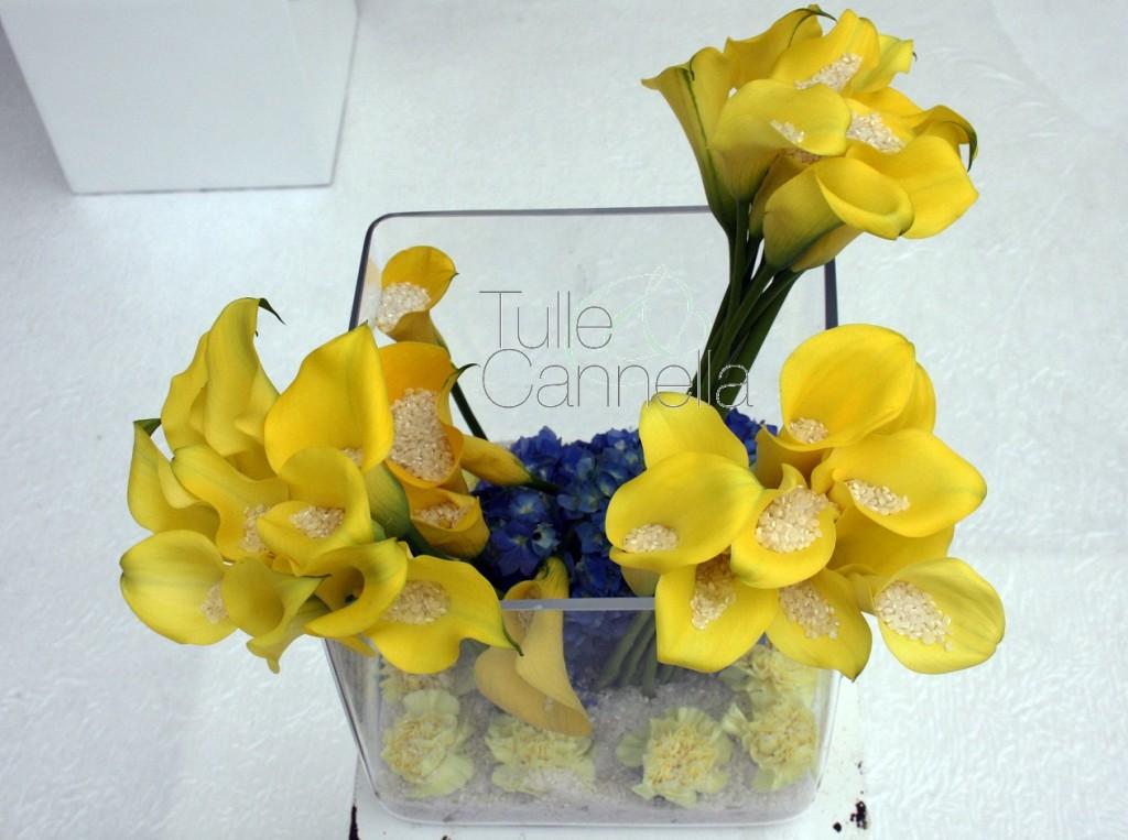 Il contrasto del giallo vivo delle calle con il blu intenso delle ortensie, rende questi portariso floreali ancora più belli