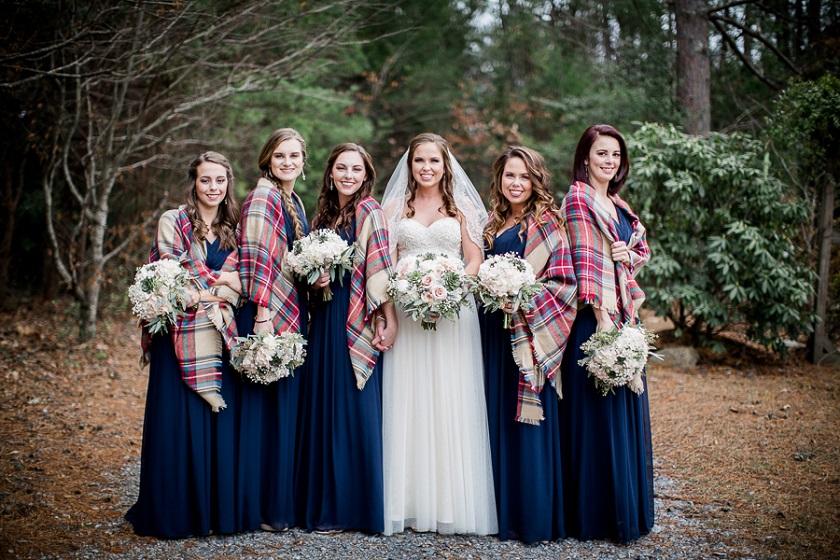 Plaid caldi e colorati saranno un gradito regalo per tutte le invitate - Amanda May Photography
