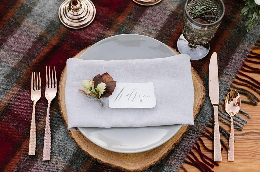 Perché non adottare l'idea del plaid utilizzato sul tavolo nudo a mo' di tovaglia? - greenweddingshoes.com
