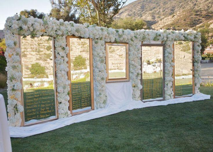 Scenografico e floreale questo tableau mariage creato con molteplici specchiere! - blog.venuelook.com