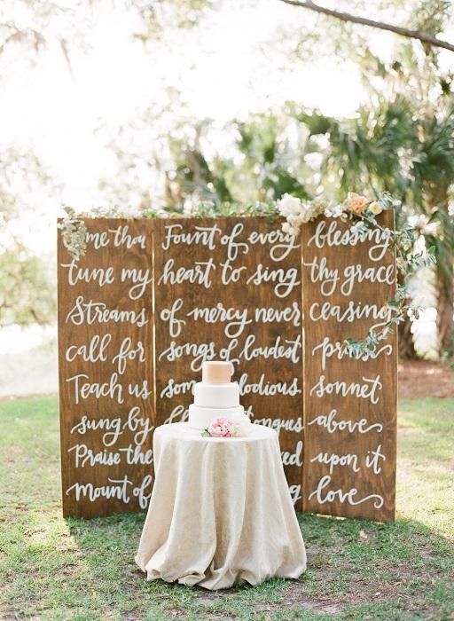un backdrop calligrafato diventa la scenografia perfetta per il taglio della torta - brides.com