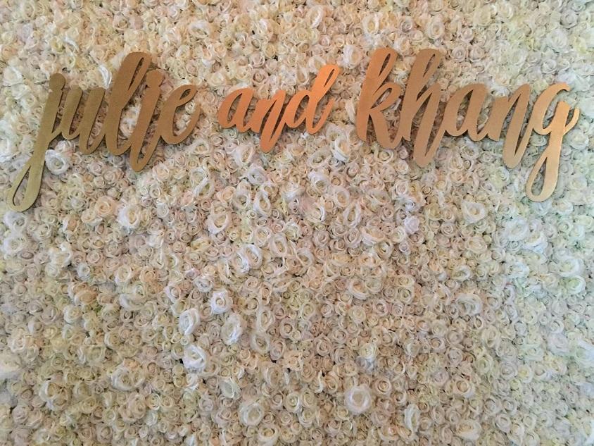 Elemento di tendenza per i matrimoni 2019 è il flower wall. Rendilo più bello con i vostri nomi o con un frase d'amore - weddingwire.com