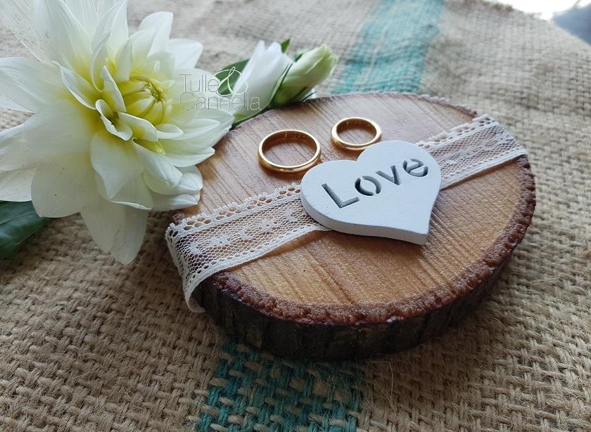 Per un matrimonio autunnale cosa c'è di meglio di un portafedi romantico come questo? Questa ed altre creazioni le trovate sul mio profilo Instagram e presto anche su etsy - tullecannella.it