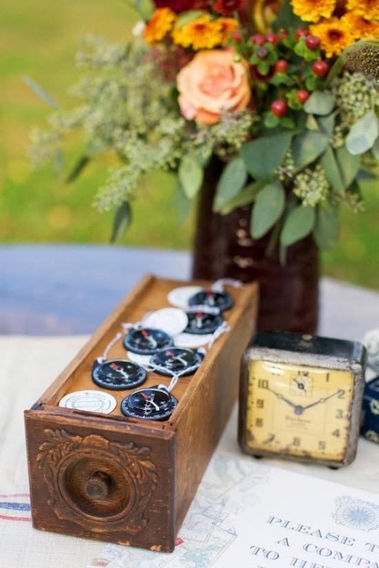 In questa foto ogni dettaglio vintage aiuta a rafforzare il tema delle nozze - stylemepretty.com