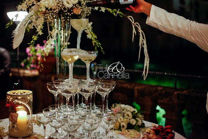 Ecco la bellissima piramide di coppe di cristallo che creo per le spose che desiderano qualcosa di unico e glamour - tullecannella.it