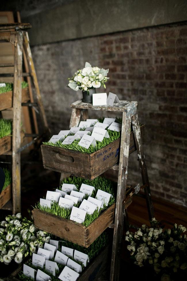 Una scala a pioli può diventare una sorta di cassettiera itinerante e seguirvi dalla chiesa in location, custodendo di volta in volta oggetti e cadeau differenti - storyboard-wedding.com