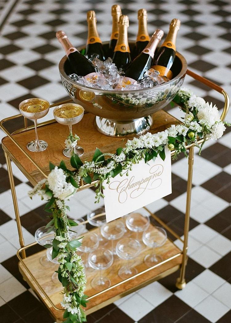 Se il vostro matrimonio è intimo, questa idea è davvero bella e particolare. Se invece avete più di 80 invitati, consiglio un tavolo più grande con la piramide di coppe di cristallo - makehappymemories.com