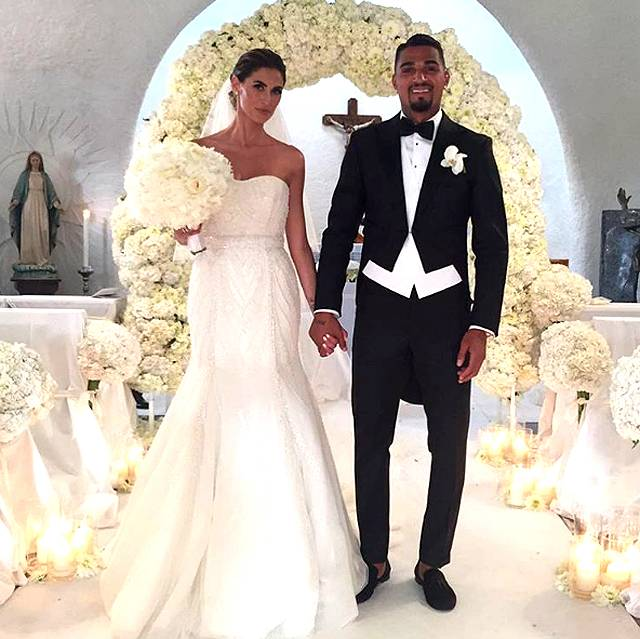 E tra le spose Vip ecco Melissa Satta che nella foto per i fan ha pensato bene di impugnare il bouquet come un microfono o peggio ancora come un'ombrellino parasole - today.it