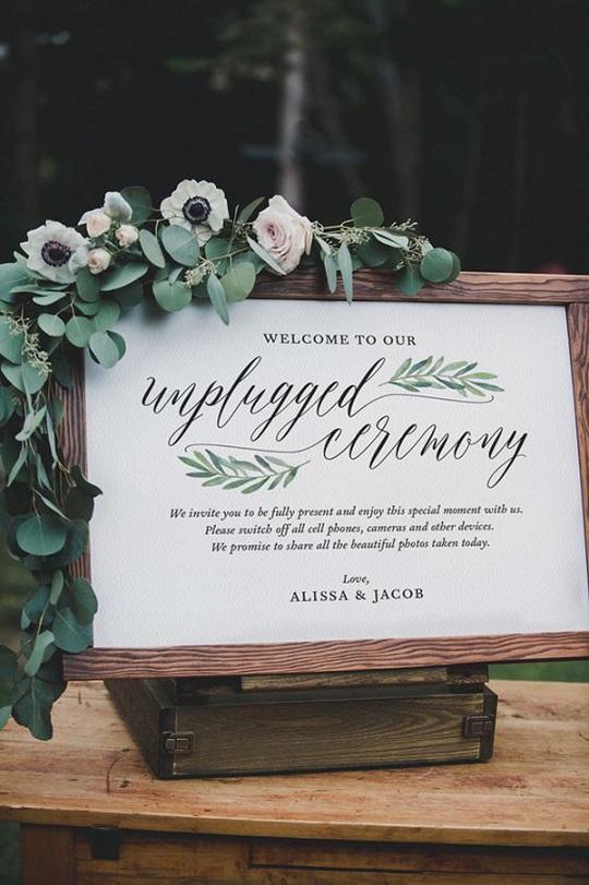 Un semplice cartello, scritto con il cuore, potrà riportare l'attenzione sulla solennità del matrimonio anziché sulle foto amatoriali – brideandbreakfast.ph