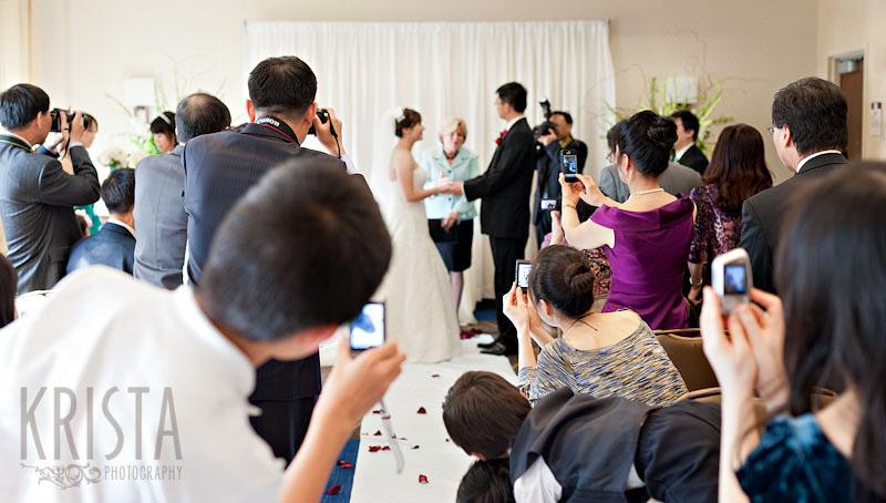 Sempre più spesso si assiste a scene del genere. La bellezza e la sacralità dell'unione di due persone viene disturbata dalla maleducazione - kristaphotografy.com
