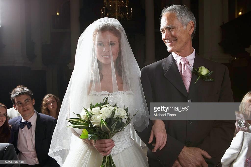 Sono ancora tante le spose che sbagliano... come quella ritratta in questa foto. Mi raccomando, ricordate sempre che la sposa entra in chiesa alla sinistra del padre!