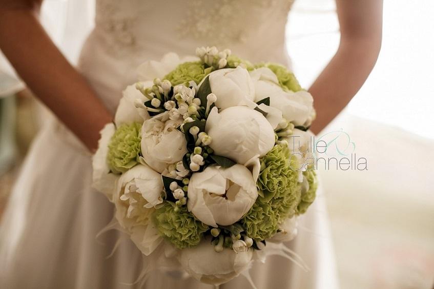 Il bouquet è l'accessorio più delicato e prezioso di una sposa. Portatelo con grazia e sarete ancora più belle ed eleganti - Il bouquet di Enza con peonie, garofani e bouvardia - tullecannella.it