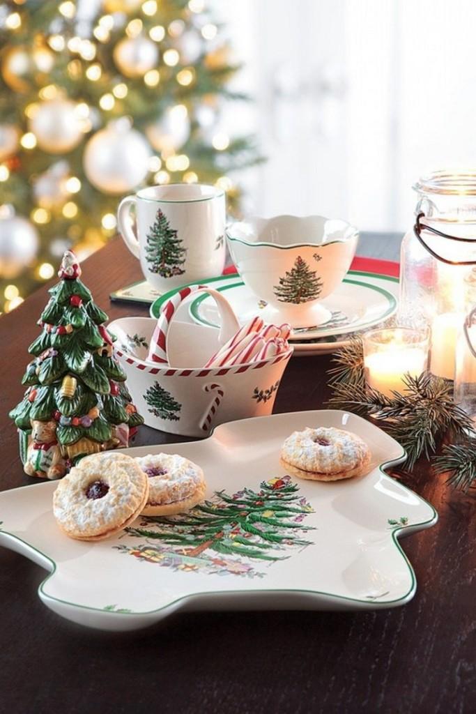 Una colazione piccola ma invitante proprio davanti all'albero di Natale - coachdecor.com