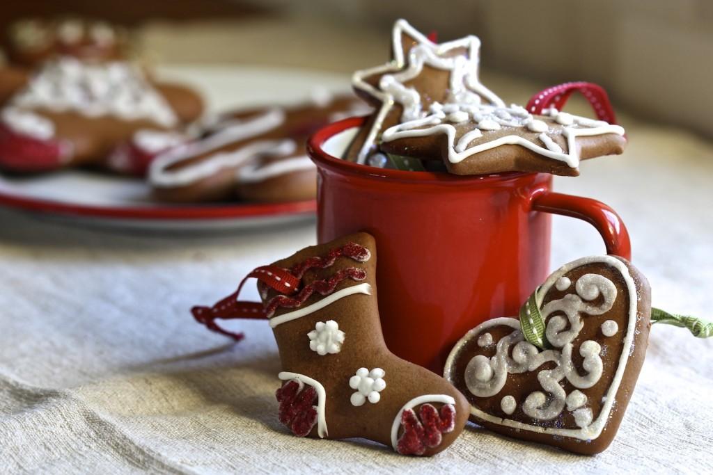 Se non si hanno porcellane in tema basterà usare tazze rosse, bricchi di latta e biscotti profumati - foodnetwork.com