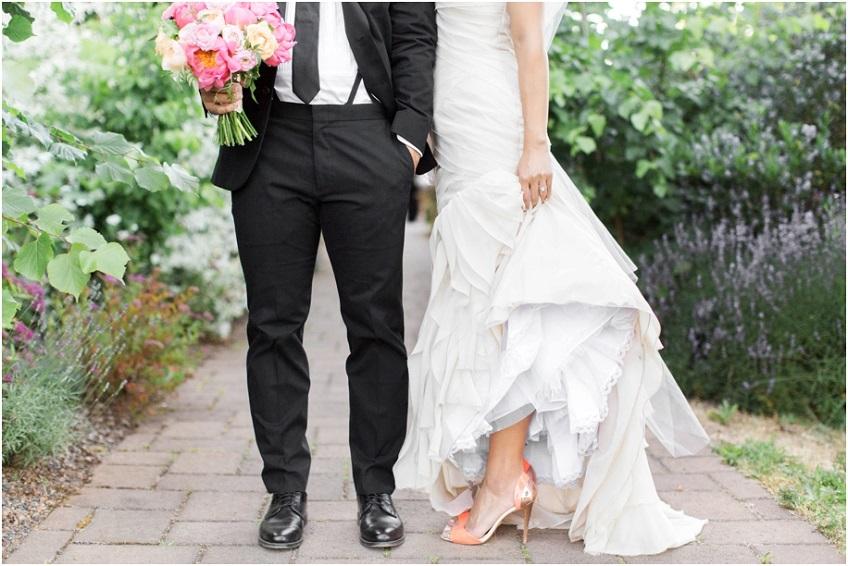 Ho sempre adorato le spose che osano scarpe colorate sotto l'abito da sposa - Amanda K photography