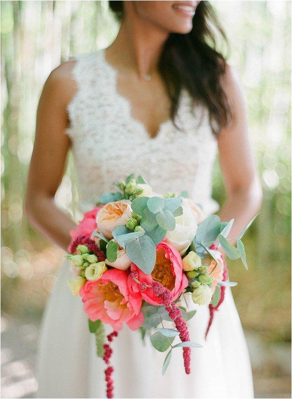 Lo stile Natural è perfetto per un bouquet con un tocco Corallo, perchè in natura si trovano facilmente fiori di questo colore -frenchweddingstyle.com