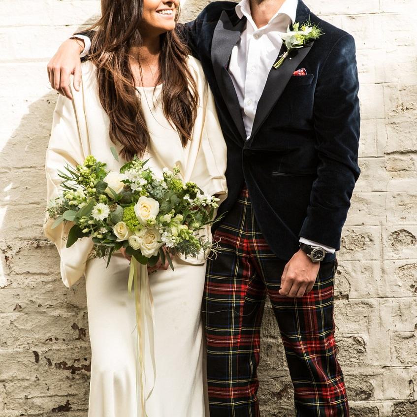 Idea super chic e unconventional: sposa calssica in bianco, sposo cool con giacca di velluto e pantaloni tartan - ADORO! - mudedimburgh.com