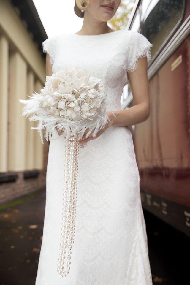 Strepitoso questo bouquet di piume e perle! - chicvintagebrides.com