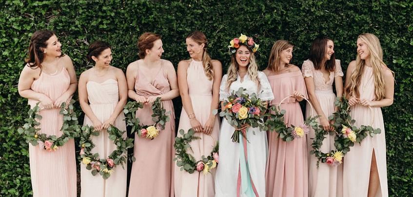 Carina l'idea di dare alle damigelle un hoop bouquet e di lasciare alla sposa un bouquet più tradizionale - nuagedeplumes.fr