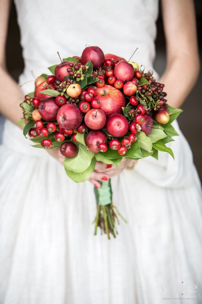 Perfetto per un country wedding questo bouquet di mele e ciliege - bridelle.pl